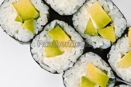 sushi mit avocado