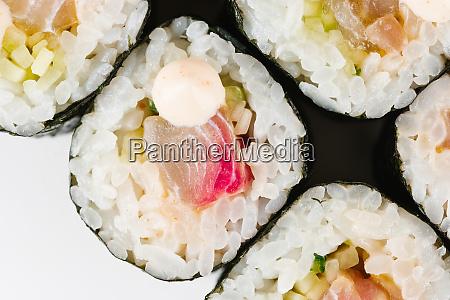 sushi mit rohem fisch und mayonnaise