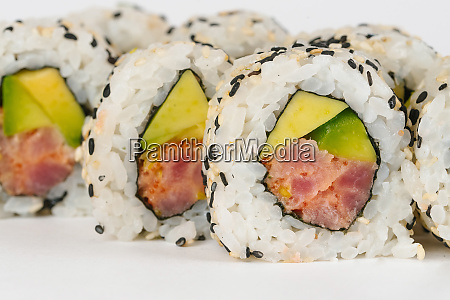 sushi mit rohem fisch und avocado