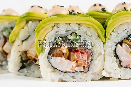 sushi mit avocado und gemuese