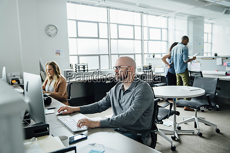 mann mit computer im buero