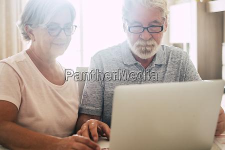 senior paar mit laptop