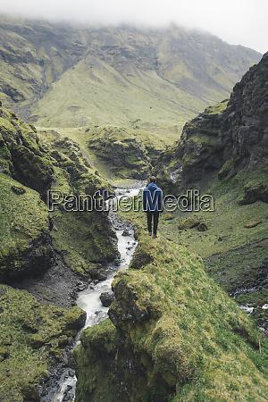 mann wandert am talfluss in island