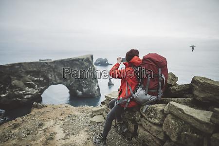wanderin fotografiert naturbogen in vik island
