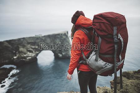wanderin traegt rot von naturbogen in