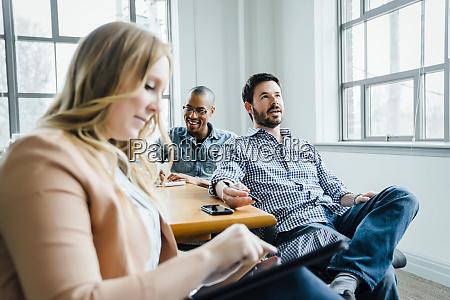 mitarbeiter im sitzungssaal waehrend der sitzung