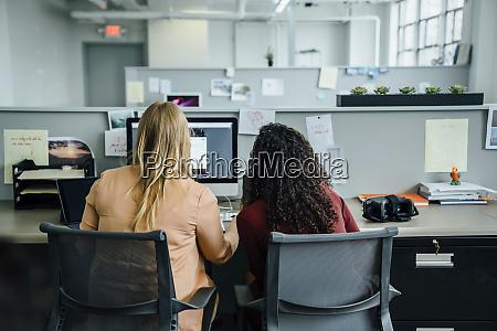 frauen die computer im buero benutzen