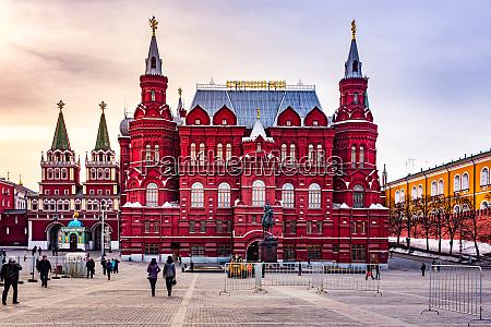 touristen besuchen das staatliche historische museum