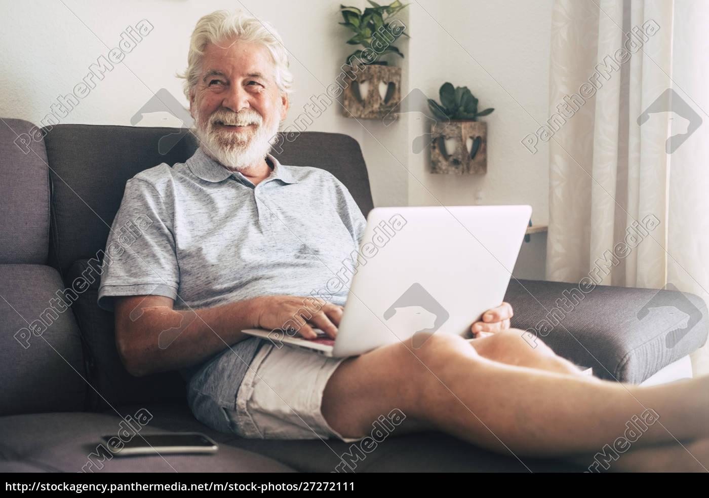 lächelnder, senior, mann, mit, laptop, auf - 27272111