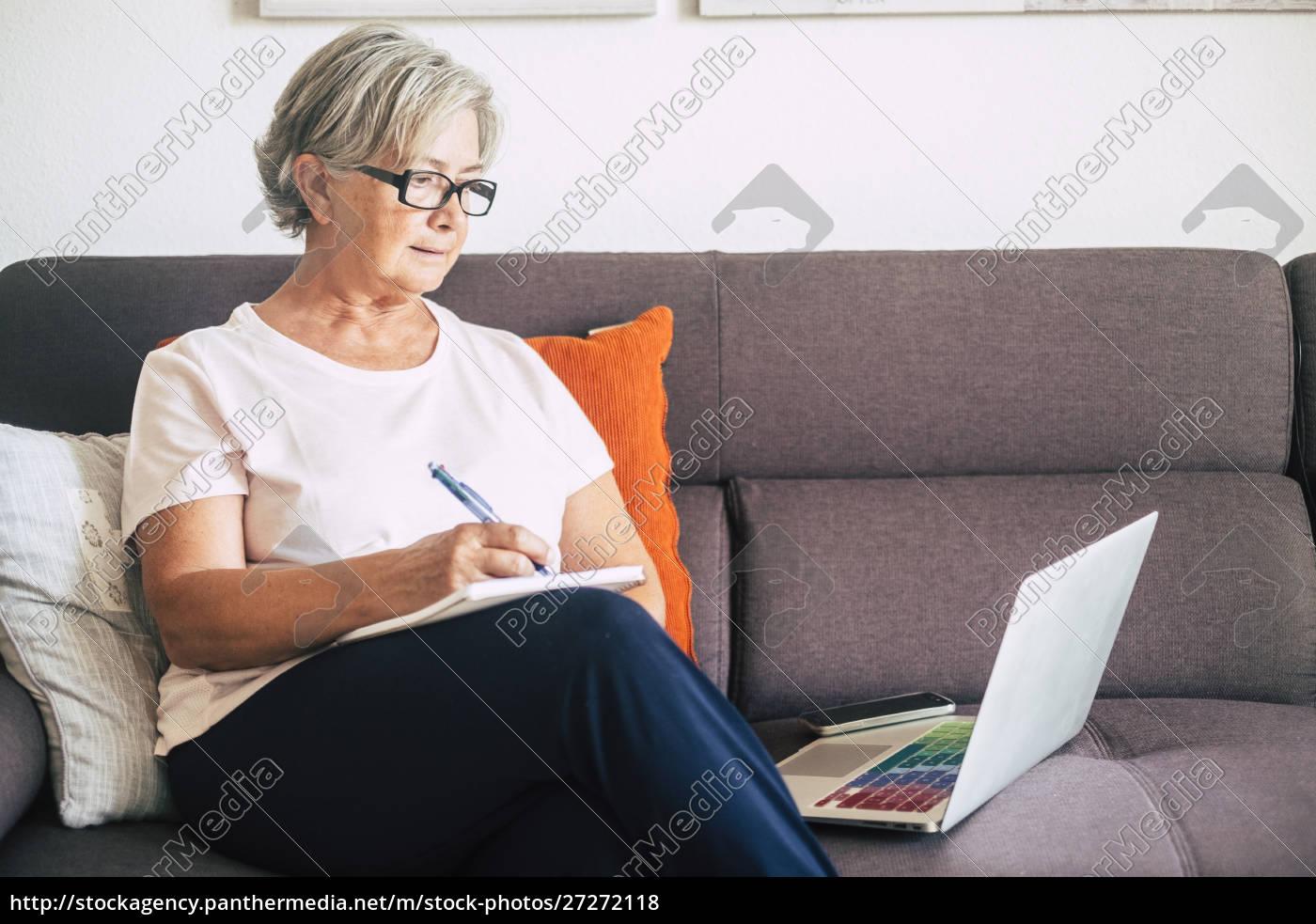 senior, frau, hält, stift, mit, laptop - 27272118