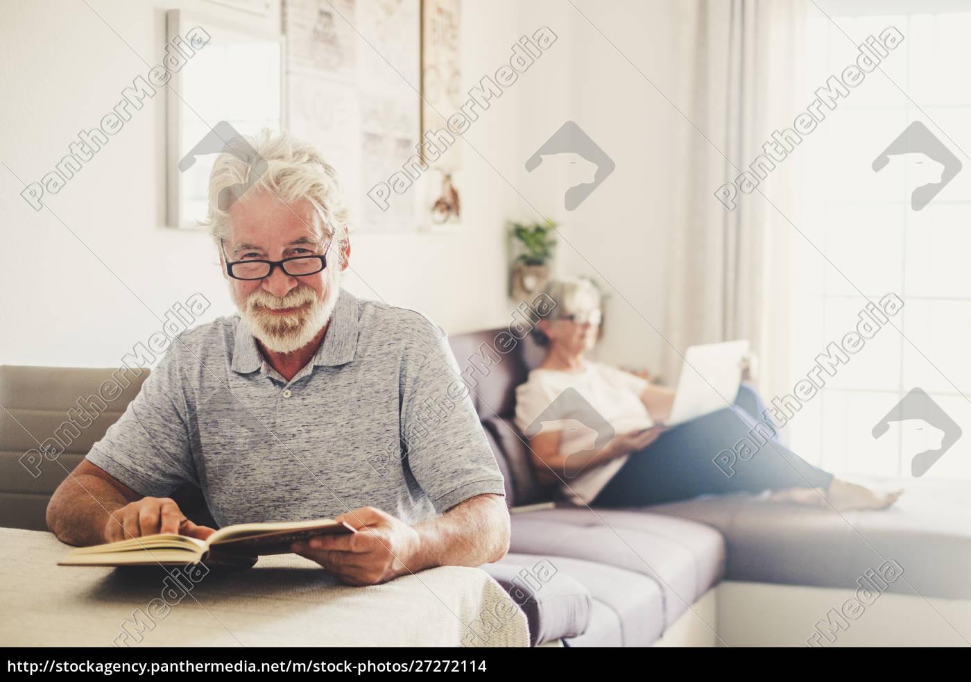 senior, mann, lesen, buch, als, seine - 27272114