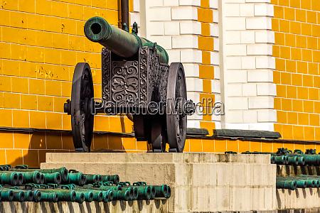 alte befleckte kanons auf raedern im