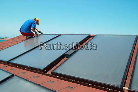 arbeiter installiert solarzellen