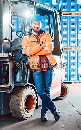arbeiter im logistik distributionszentrum mit seinem