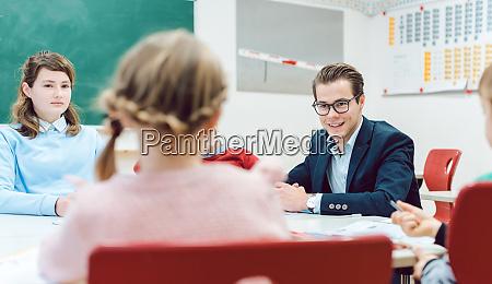 schueler und lehrer kooperieren in teamarbeit