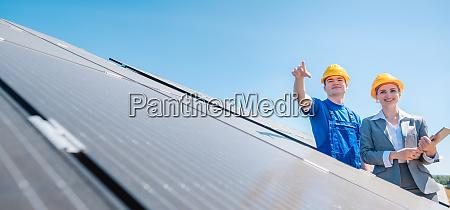 manager und arbeiter im photovoltaik kraftwerk