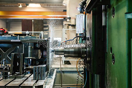cnc fraesmaschine in metallbearbeitungsfabrik