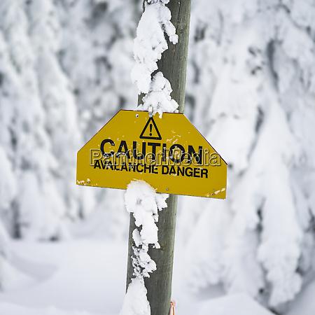 gelbes warnschild warnt vor lawinengefahr thompson