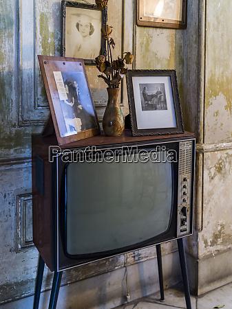 vintage fernseher in einem wohnzimmer havanna