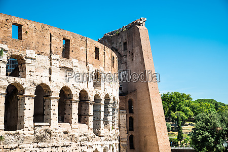 kolosseum an einem sonnigen tagin rom
