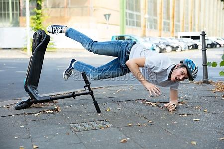 mann faellt von e scooter