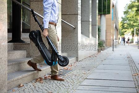 mann der e scooter von der