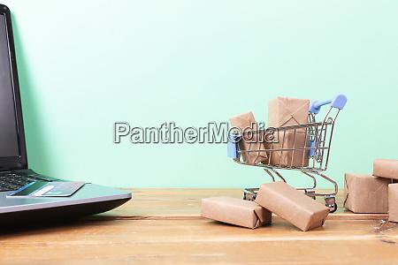 online shopping konzept einkaufswagen kleine schachteln