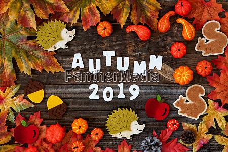 bunte herbst dekoration text autum 2019