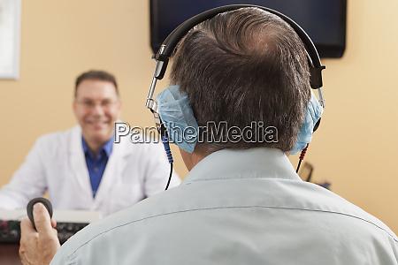 patient mit antworttaste waehrend der audiometrischen
