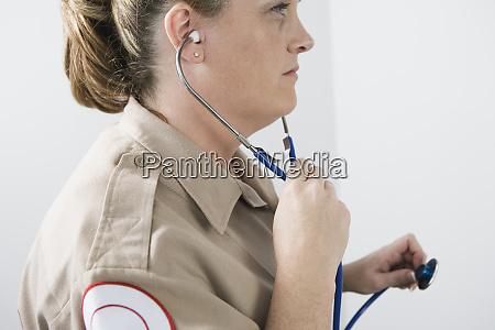 ansicht eines notarzteinsatzes der ein stethoskop