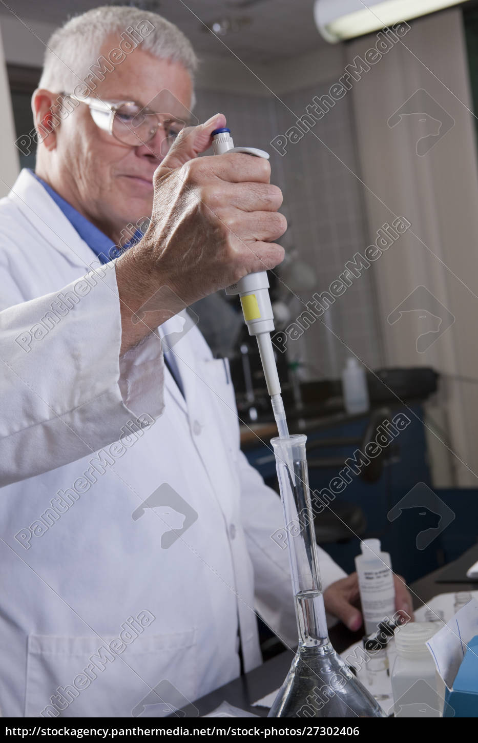 environmental, scientist, injecting, a, precise, volume - 27302406