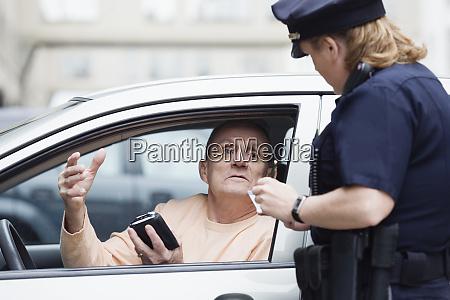 polizistin ueberprueft fuehrerschein
