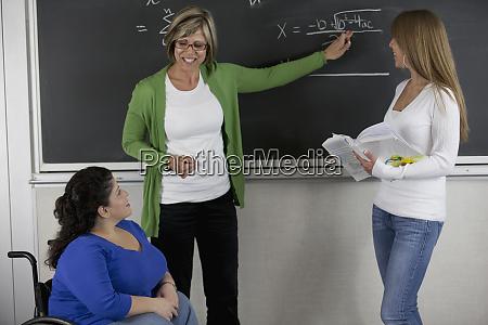 professorin, mit, studenten, im, klassenzimmer, eine, mit - 27304889