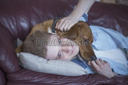 mann mit angststoerung und sein therapiehund