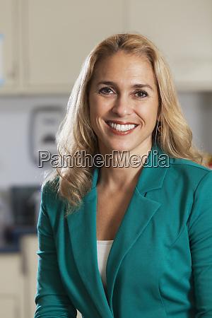 portraet einer laechelnden geschaeftsfrau
