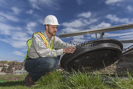 power engineer oeffnen inspektionsluke an photovoltaik
