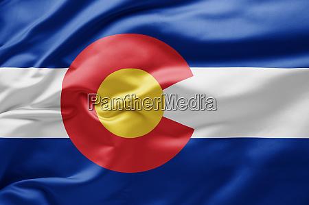 schwenken der staatsflagge von colorado