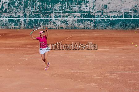 tennisspieler aktive sportliche frau spielen tennis