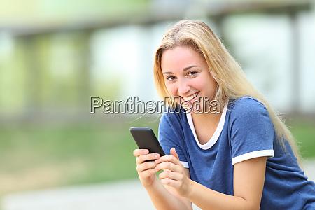 teenager maedchen blickend auf kamera halten