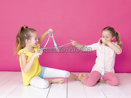 zwei schoene maedchen spielen mit hausgemachten