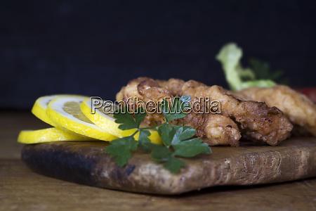 paniertes huehnerfleisch mit salat und zitrone