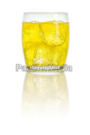 ein orangefarbenes erfrischungsgetraenk mit eiswuerfeln