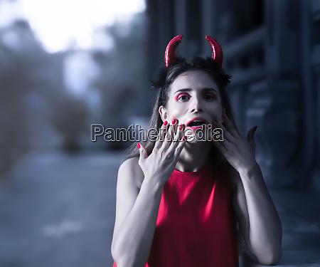 schoene frau in rotem kleid und