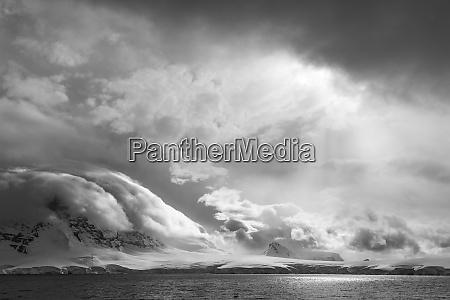 antarktis suedatlantik stuermische schneewolken ueber der