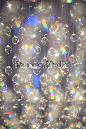 haengende glasdekorationen grafischer prismatischer effekt bangkok