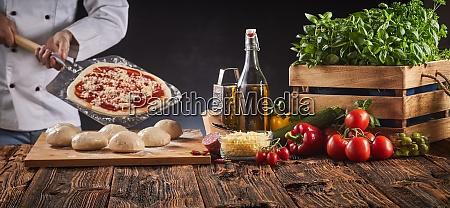 chef in einer pizzeria die eine