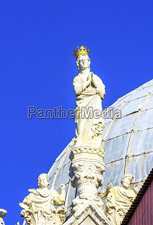 king statue st marks basilica venice