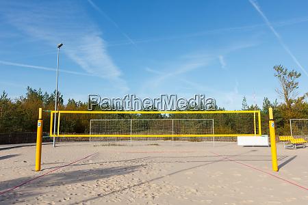 ausgestatteter beachvolleyballplatz