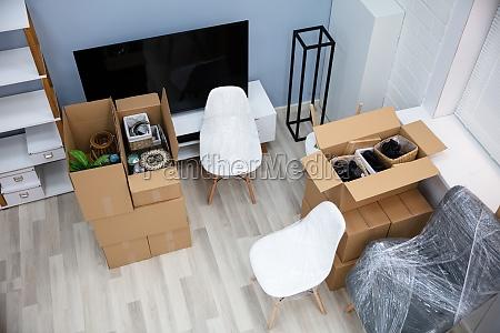 wohnzimmer interieur mit umzugskartons