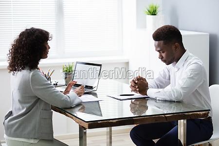 gestresster junger geschaeftsmann scheitert interview